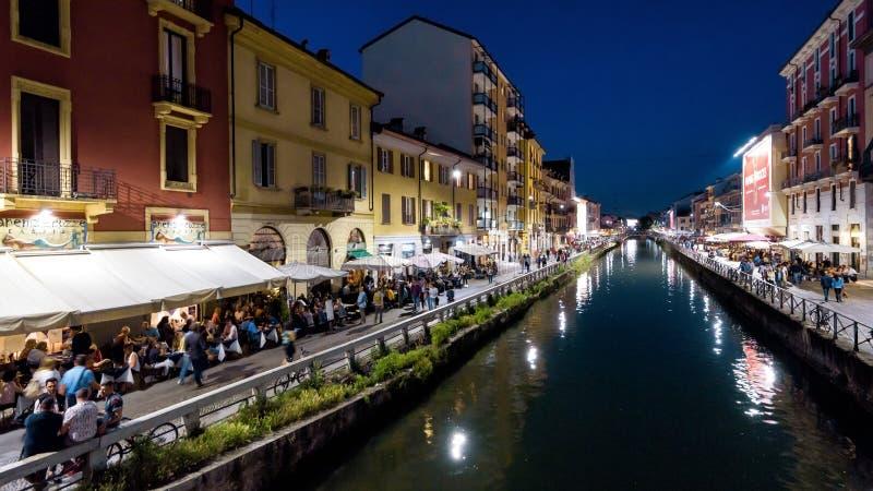 Canal grandioso de Naviglio na noite em Milão, Itália imagens de stock