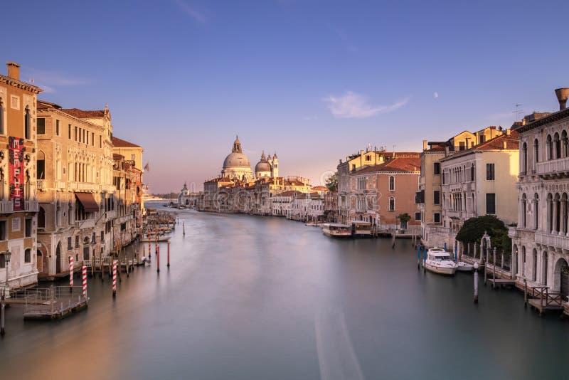 Canal grandioso de Ponte Dell 'Accademia, Veneza Itália foto de stock royalty free
