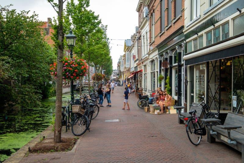 Canal hermoso con los cafés de la terraza y los turistas de las compras en foto de archivo