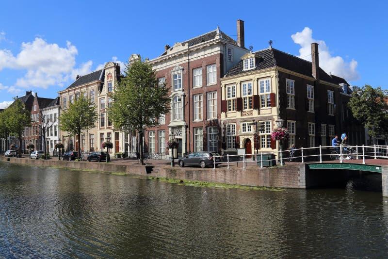Canal histórico em Leiden, Holanda fotos de stock
