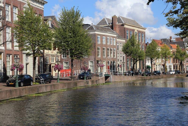 Canal histórico em Leiden, Holanda imagem de stock royalty free