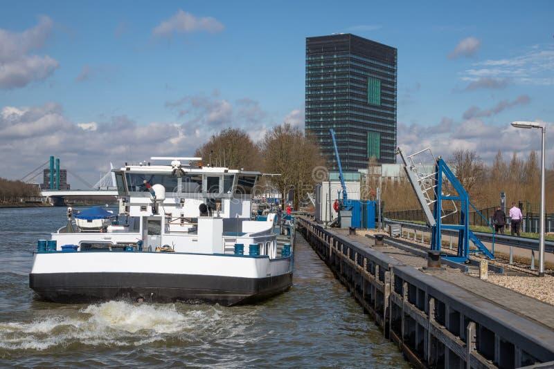 Canal holandés de Amsterdam-Rijn con el amarre de la nave en el punto del tránsito del aceite foto de archivo libre de regalías