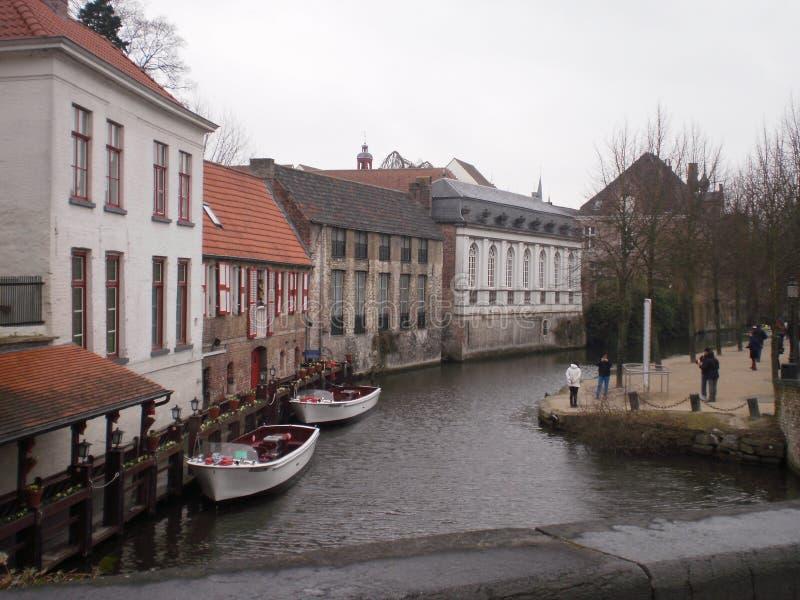 Canal intéressant avec des bateaux amarrés sur leur Piers In Bruges 23 mars 2013 Bruges, la Province de Flandre-Occidentale, Belg photographie stock libre de droits