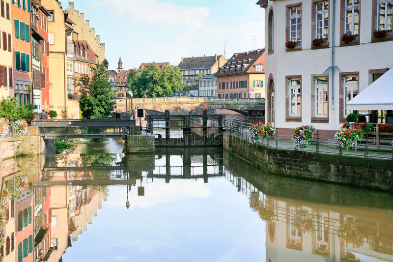 Canal mauvais de fleuve à Strasbourg, France photo libre de droits