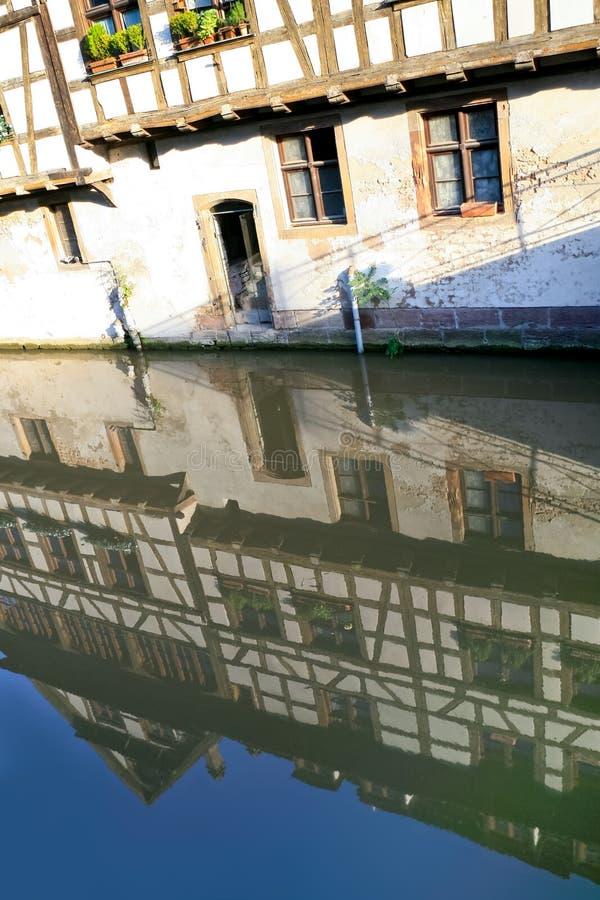 Canal mauvais de fleuve à Strasbourg, France photos libres de droits
