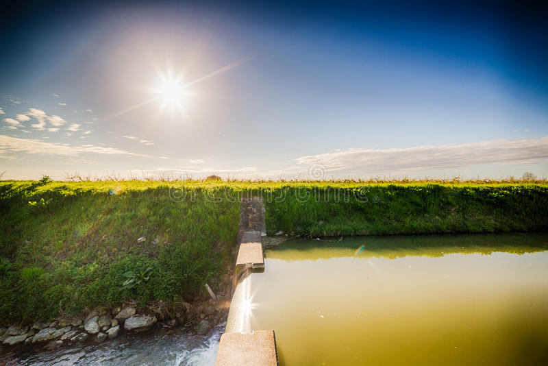 Canal moderne d'irrigation photos stock