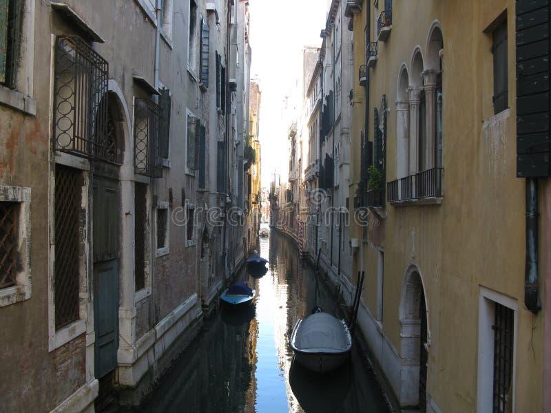 Canal muito magro em Venezia fotografia de stock