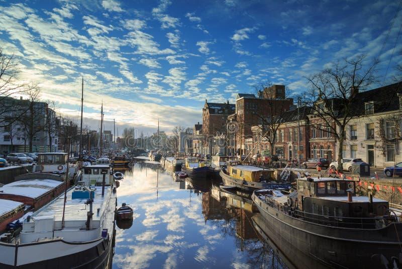 Canal néerlandais en hiver photo stock