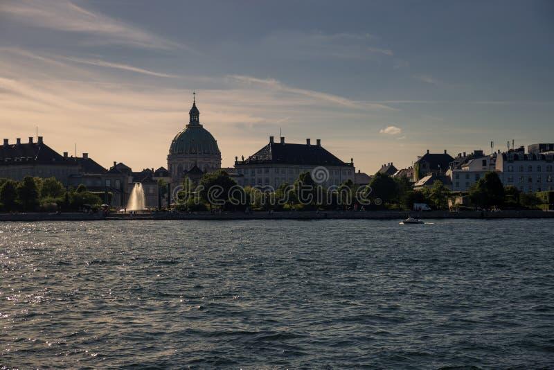 Canal na frente da igreja no crepúsculo, Copenhaga do ` s de Frederik, Dinamarca fotos de stock royalty free