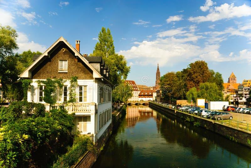 Canal no mal do rio com a cidade velha em Strasbourg imagem de stock royalty free
