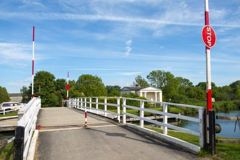Canal pacífico de Gloucester y de la agudeza en el puente de Splatt en una tarde soleada de la primavera fotografía de archivo libre de regalías