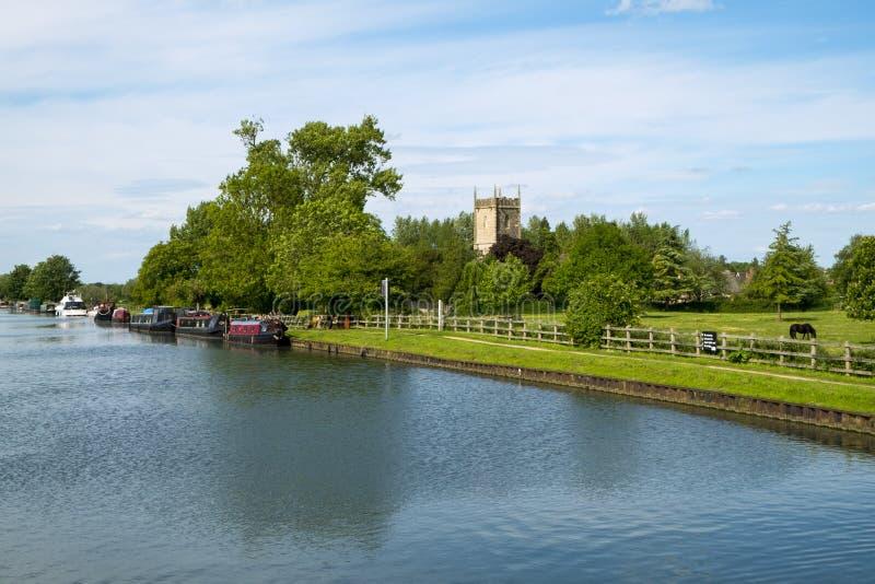 Canal pacífico de Gloucester y de la agudeza en el puente de Splatt en una tarde soleada de la primavera foto de archivo