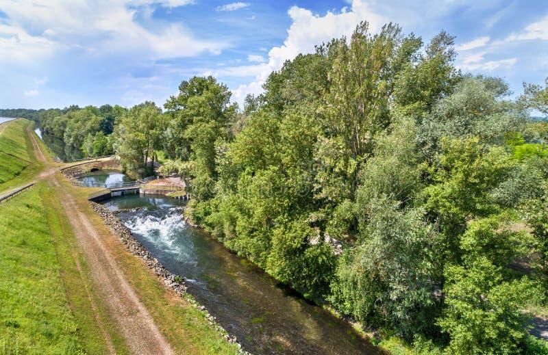 Canal pequeno ao longo do Reno em Bas-Rhin, França fotografia de stock royalty free