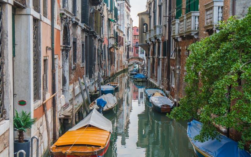 Canal pequeno em Veneza imagem de stock