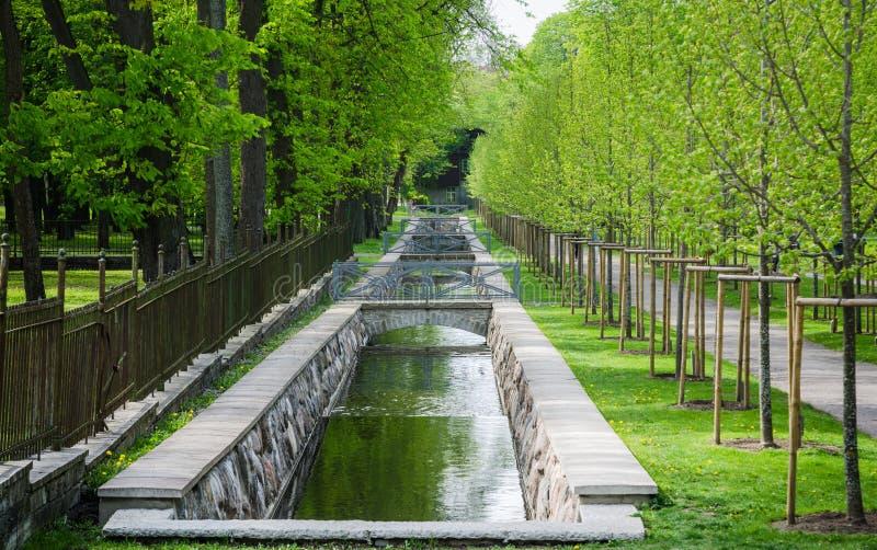 Canal pintoresco del agua en el parque de Kadriorg del tiempo de primavera, Tallinn, E fotos de archivo libres de regalías
