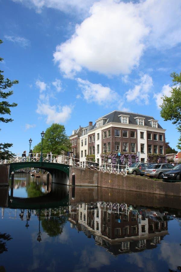 Canal, puente, edificios, Leiden, Países Bajos fotos de archivo
