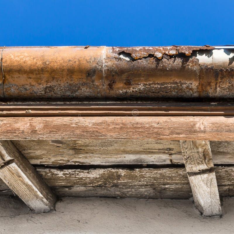Canal quebrado en el tejado foto de archivo