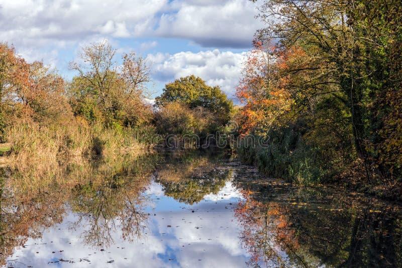 Canal reflétant des couleurs automnales photographie stock libre de droits