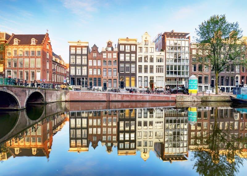 Canal Singel con las casas holandesas típicas, Holanda, Nethe de Amsterdam fotografía de archivo
