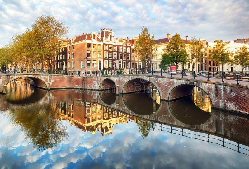 Canal Singel con las casas holandesas t?picas, Holanda, Pa?ses Bajos de Amsterdam imágenes de archivo libres de regalías