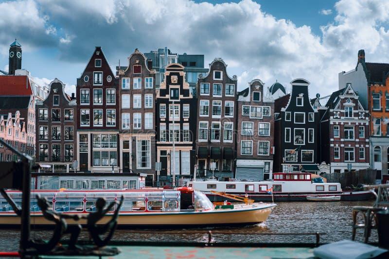 Canal Singel d'Amsterdam avec les maisons néerlandaises typiques et bateaux-maison avec le beau cloudscape à l'arrière-plan, Holl photographie stock