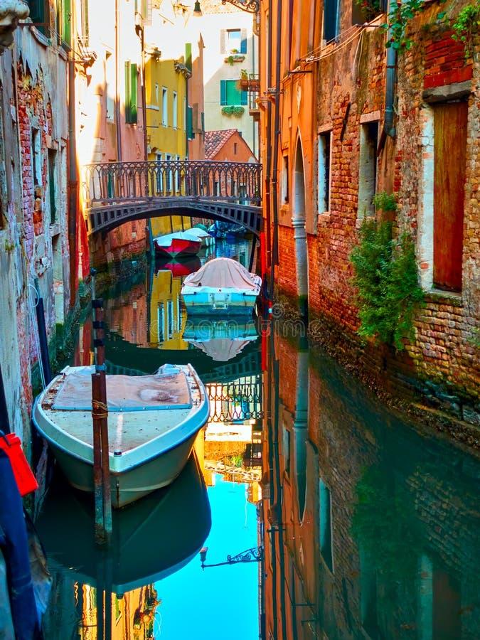 Canal sombrío con el puente en Veinice fotografía de archivo libre de regalías