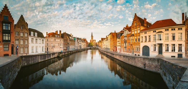 Canal Spiegelrei al amanecer, Brujas, Flandes, Bélgica imágenes de archivo libres de regalías