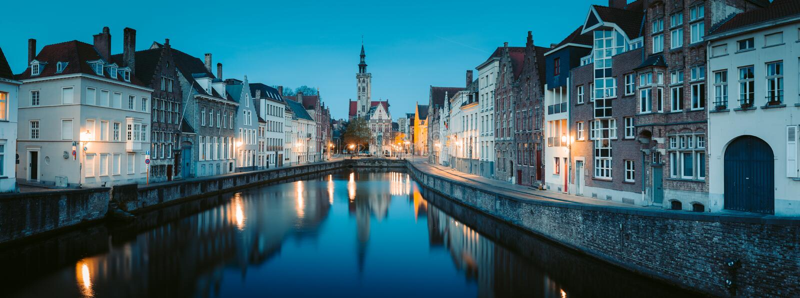 Canal Spiegelrei por la noche, Brujas, Flandes, Bélgica imagen de archivo