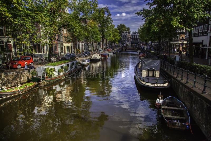 Canal típico de Amsterdão foto de stock