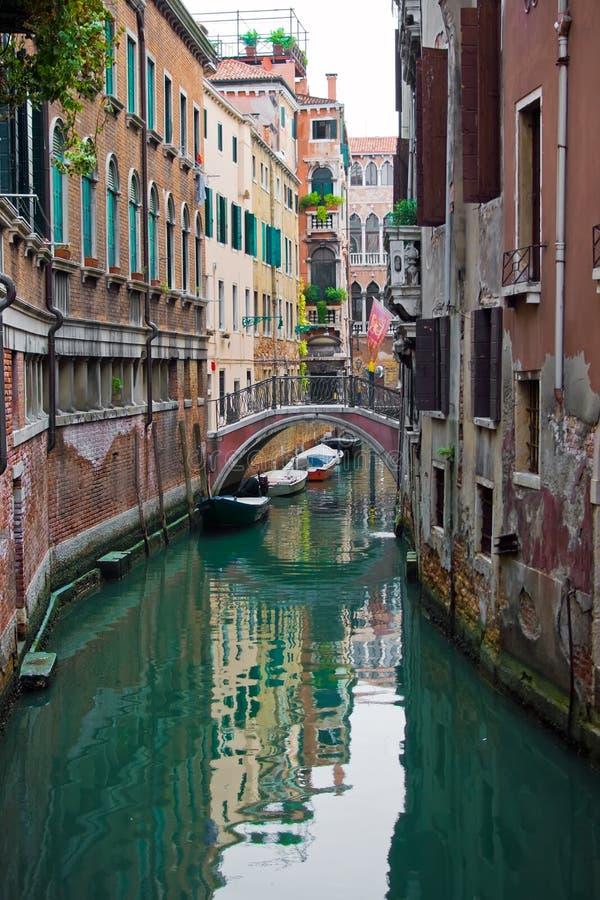 Canal típico de Venecia imagen de archivo libre de regalías