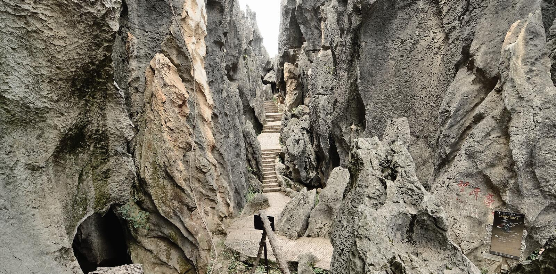 Canal turístico entre las piedras en el bosque de piedra imagen de archivo