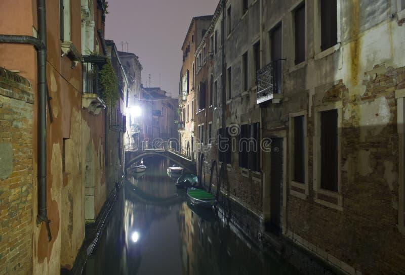 Canal vénitien la nuit. image stock