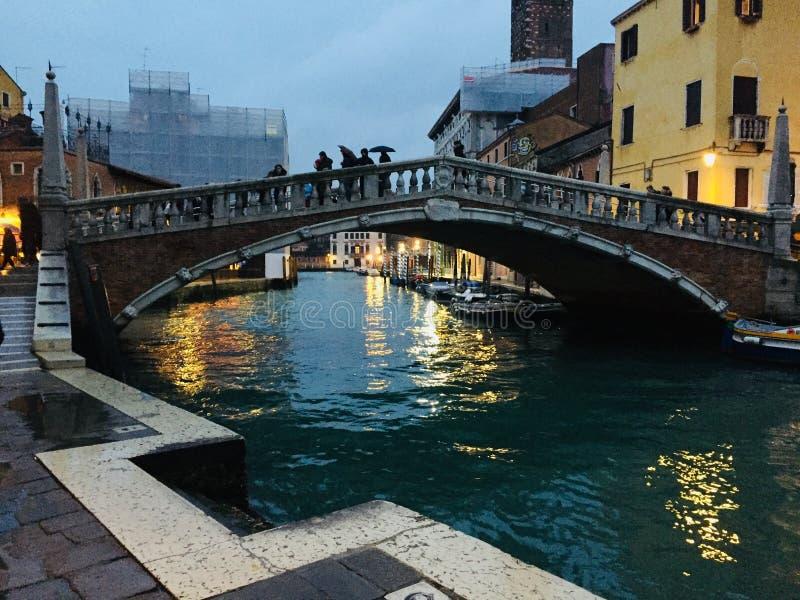 Canal Venetian sob a chuva do inverno foto de stock royalty free