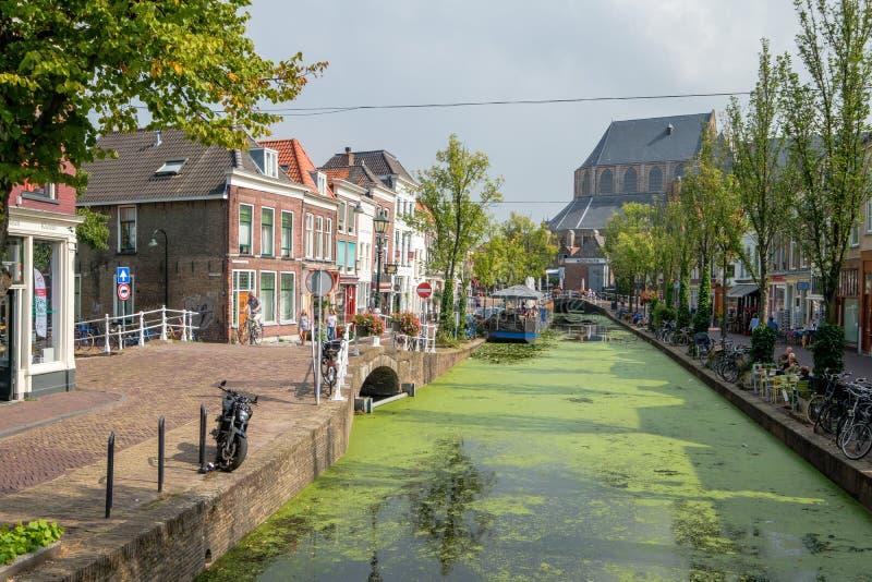 Canal viejo hermoso con la lenteja de agua y mirada en un barco de la terraza y imágenes de archivo libres de regalías