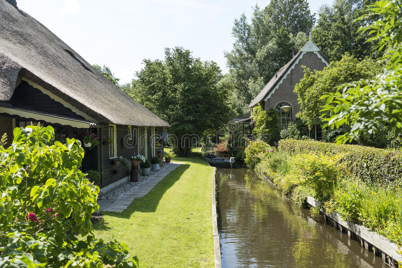 Canal y casas en Giethoorn imágenes de archivo libres de regalías