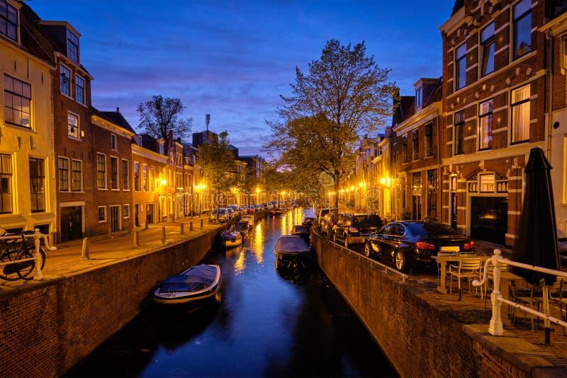 Canal y casas por la tarde Haarlem, Países Bajos foto de archivo