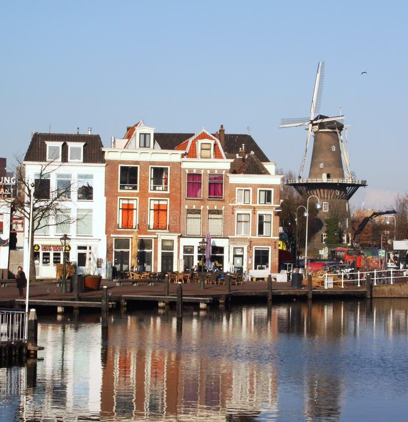 Canal y molino de viento holandeses fotografía de archivo libre de regalías