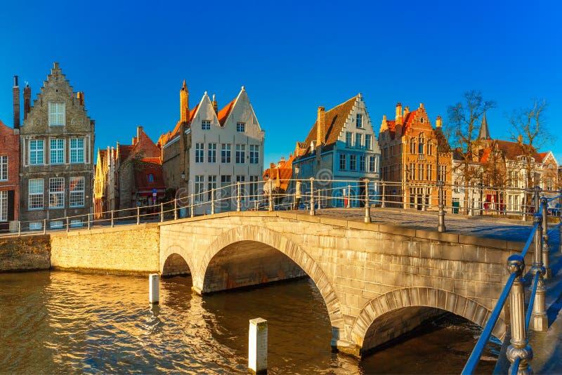 Canal y puente por la mañana, Bélgica de Brujas imagenes de archivo