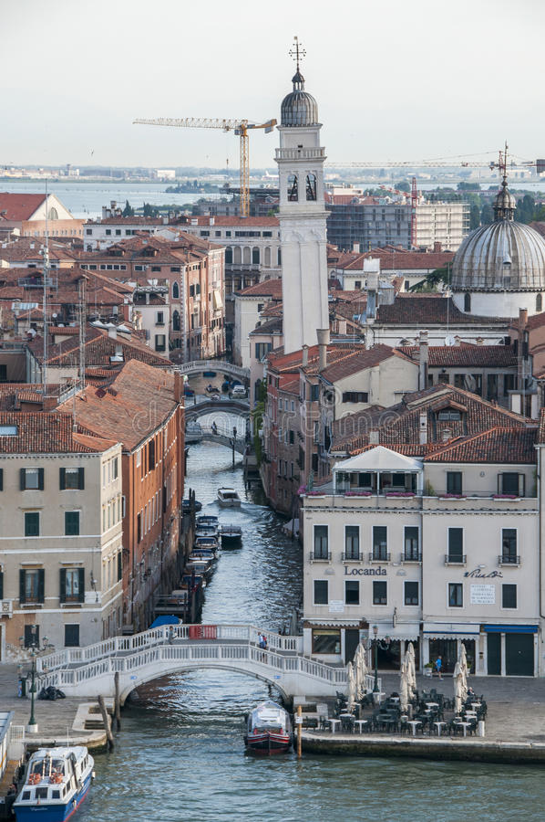 Canal y torre de Venecia foto de archivo libre de regalías