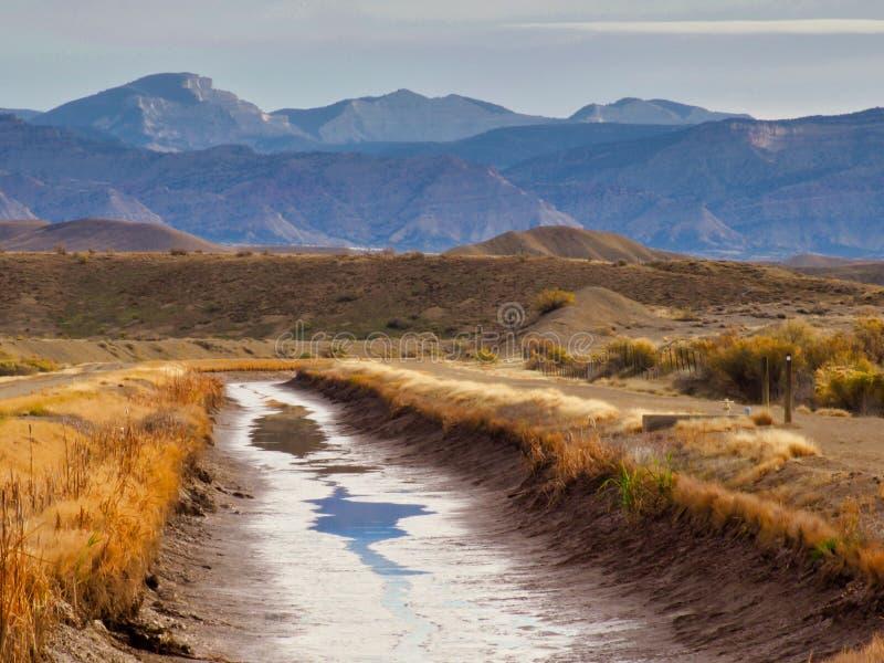 Canale asciutto di irrigazione fotografia stock