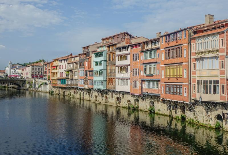 Canale che attraversa la città di Castres fotografia stock