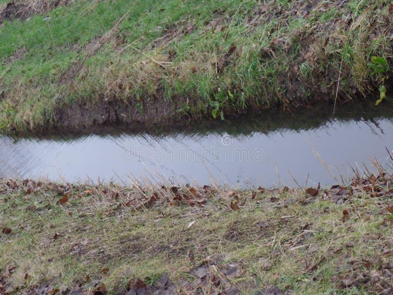 Canale che attraversa terra nei Paesi Bassi fotografia stock