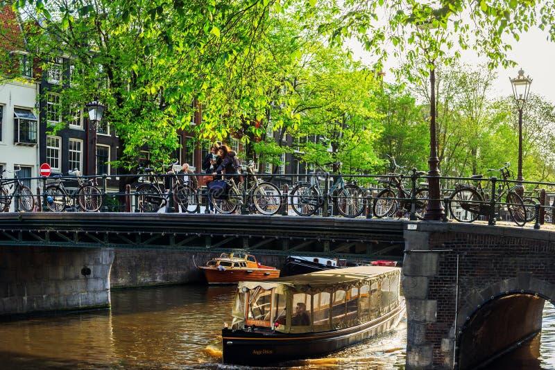 Canale con la barca a Amsterdam immagine stock