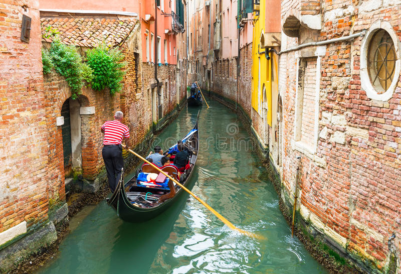 Canale con la gondola a Venezia, Italia fotografie stock
