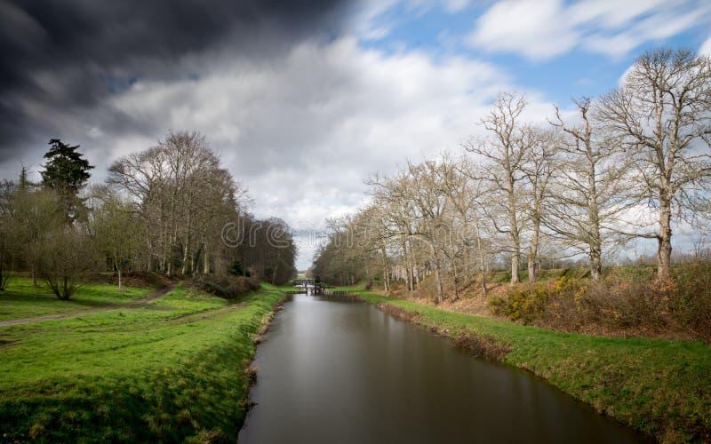Canale con le nuvole piacevoli immagine stock libera da diritti