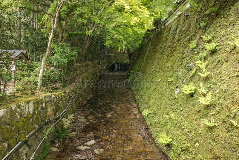 Canale dalle colline del villaggio di Ohara immagini stock libere da diritti
