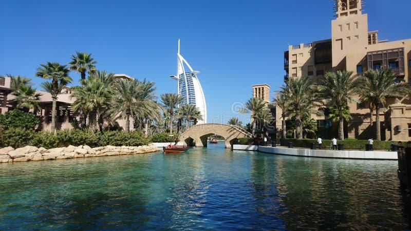 Canale del Dubai con l'Al-arabo di Burj dell'hotel immagini stock