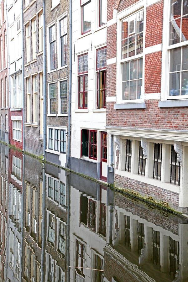 Canale dell'acqua in città Delft, Paesi Bassi immagini stock libere da diritti