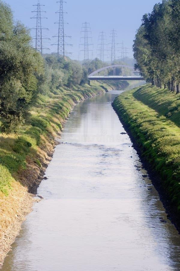Canale dell'acqua di scarico con le acque luride di milioni di gente immagine stock libera da diritti