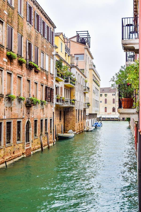 Canale dell'acqua fra le costruzioni nella città di Venezia, Italia fotografia stock libera da diritti